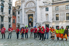 Gruppo di cantanti alla processione di carnevale su Venezia Italia 2 Fotografia Stock Libera da Diritti