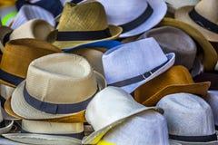 Gruppo di cappelli colorati da vendere, mercato francese a Tolone Immagini Stock Libere da Diritti