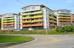 Gruppo di case colorate dell'edificio in condominio accanto all'itinerario pubblico Fotografia Stock