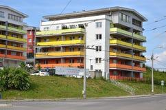 Gruppo di case colorate dell'edificio in condominio accanto all'itinerario pubblico Immagine Stock