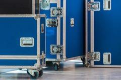 Gruppo di casse blu di volo Immagine Stock