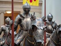 Gruppo di cavalieri del XVI secolo che indossano l'armatura di piatto tedesca intorno fotografia stock libera da diritti