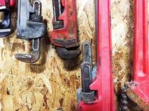 Gruppo di chiavi stringitubo che appendono sulla parete di legno Fotografia Stock