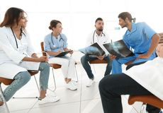 Gruppo di chirurghi e di professionisti medici che discutono sulla radiografia paziente Fotografie Stock