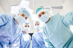 Gruppo di chirurghi nella sala operatoria all'ospedale Fotografia Stock