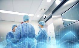 Gruppo di chirurghi nella sala operatoria all'ospedale Fotografia Stock Libera da Diritti