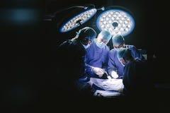 Gruppo di chirurghi nella sala operatoria dell'ospedale Immagine Stock