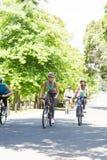 Gruppo di ciclisti che guidano le bici fotografie stock libere da diritti