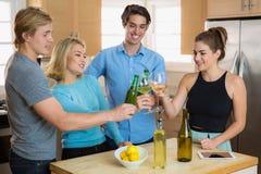 Gruppo di compagni degli amici che tostano insieme le birre e che hanno una celebrazione della festa per divertimento Fotografie Stock