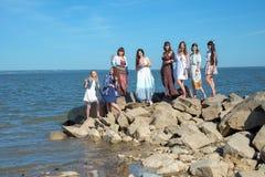 Gruppo di condizione delle giovani donne di hippy insieme ad una spiaggia un giorno di estate Giovani felici che godono di un gio Immagine Stock Libera da Diritti