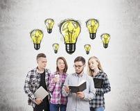 Gruppo di confrontare le idee degli studenti Immagine Stock Libera da Diritti