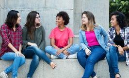 Gruppo di conversazione delle amiche internazionali Immagine Stock