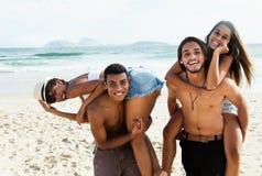 Gruppo di coppie di amore che ride della spiaggia Fotografia Stock Libera da Diritti