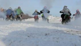 Gruppo di corridori dei ragazzi sui motocicli video d archivio