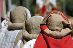 Gruppo di costaleros durante la processione della settimana santa immagini stock