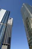 Gruppo di costruzioni concrete e di vetro moderne alte con cielo blu profondo, spazio della copia Immagini Stock