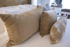 Gruppo di cuscini in un letto fotografia stock libera da diritti