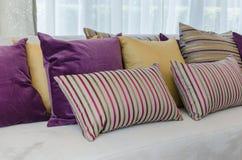 Gruppo di cuscini variopinti sul sofà in salone Fotografia Stock Libera da Diritti