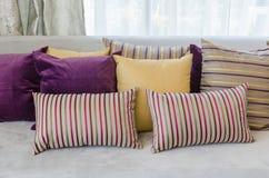 Gruppo di cuscini variopinti sul sofà in salone Fotografie Stock
