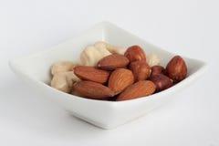 Gruppo di dadi deliziosi su un piatto bianco fotografie stock libere da diritti