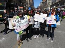 Gruppo di dimostranti a marzo per raduno di vite Immagini Stock