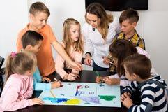 Gruppo di disegno elementare dei bambini di età Immagini Stock Libere da Diritti