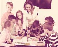 Gruppo di disegno elementare dei bambini di età Fotografia Stock Libera da Diritti