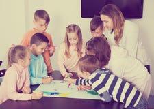 Gruppo di disegno elementare dei bambini di età Immagini Stock