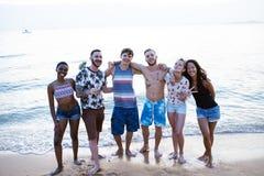 Gruppo di diversi amici alla spiaggia insieme Fotografie Stock Libere da Diritti