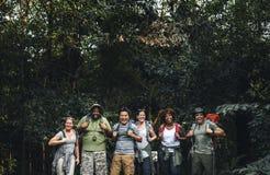 Gruppo di diversi campeggiatori felici fotografia stock