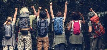 Gruppo di diversi campeggiatori felici fotografia stock libera da diritti