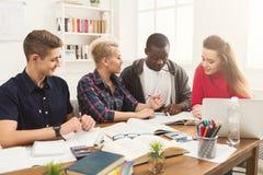 Gruppo di diversi studenti che studiano alla tavola di legno Immagine Stock Libera da Diritti