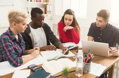 Gruppo di diversi studenti che studiano alla tavola di legno Fotografie Stock