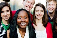 Gruppo di diversi studenti fuori Immagini Stock Libere da Diritti