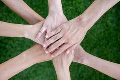 Gruppo di diverso concetto multietnico di lavoro di squadra della gente immagine stock
