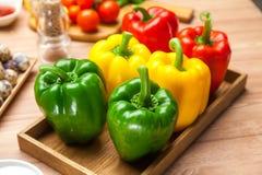 Gruppo di dolce organico crudo o di peperone dolce sul vassoio Fotografie Stock Libere da Diritti