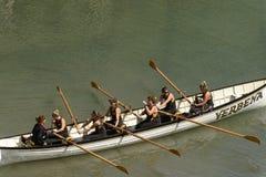 Gruppo di donna sull'imbarcazione a remi a Clovelly, Devon Immagini Stock Libere da Diritti