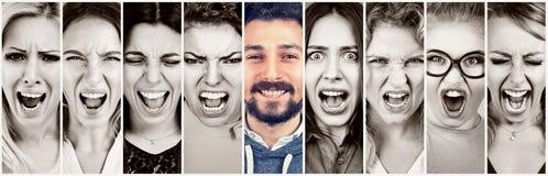 Gruppo di donne arrabbiate sollecitate frustrate e di uomo sorridente felice della barba immagini stock