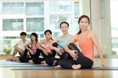 Gruppo di donne asiatiche e di yoga di pratica dell'uomo, allungamento di forma fisica Fotografia Stock Libera da Diritti