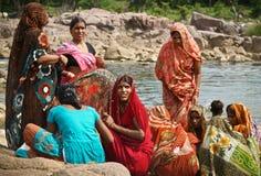 Gruppo di donne che catturano bagno completamente vestito Immagini Stock Libere da Diritti