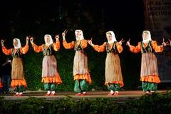 Gruppo di donne che eseguono ballo tradizionale del turco Immagine Stock