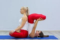 Gruppo di donne che fanno il gruppo di persone di yoga all'interno yoga di pratica in palestra fotografie stock