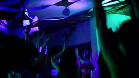 Gruppo di donne che fanno yoga dentro, nell'ambito del blacklight video d archivio