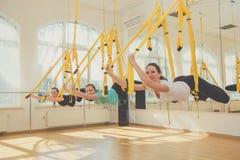 Gruppo di donne che fanno yoga ed allungamento Fotografia Stock