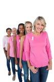 Gruppo di donne che indossano le cime ed i nastri rosa per il cance del seno Immagini Stock
