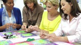 Gruppo di donne che lavorano insieme alla trapunta archivi video