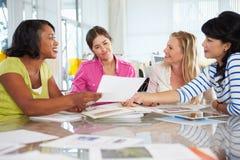 Gruppo di donne che si incontrano nell'ufficio creativo immagini stock