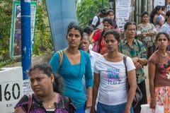Gruppo di donne che wlaking sulla via Fotografie Stock