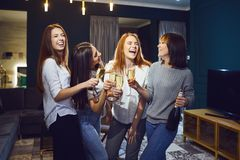 Gruppo di donne con i vetri di champagne divertendosi ad un partito a casa immagini stock libere da diritti
