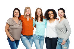 Gruppo di donne differenti felici in abbigliamento casual Fotografia Stock Libera da Diritti